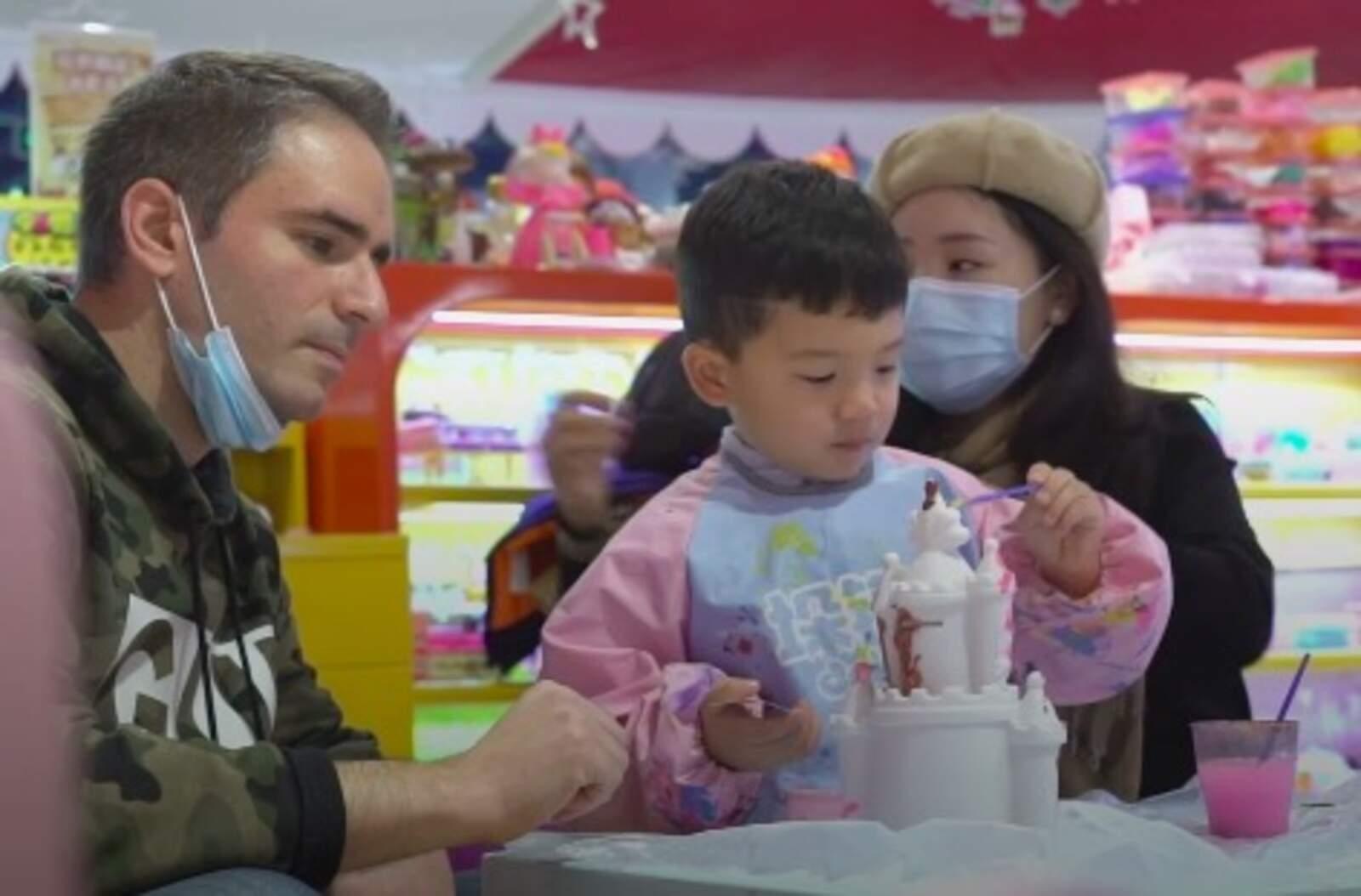 En Carlos amb el Leo i la seva dona Yujing
