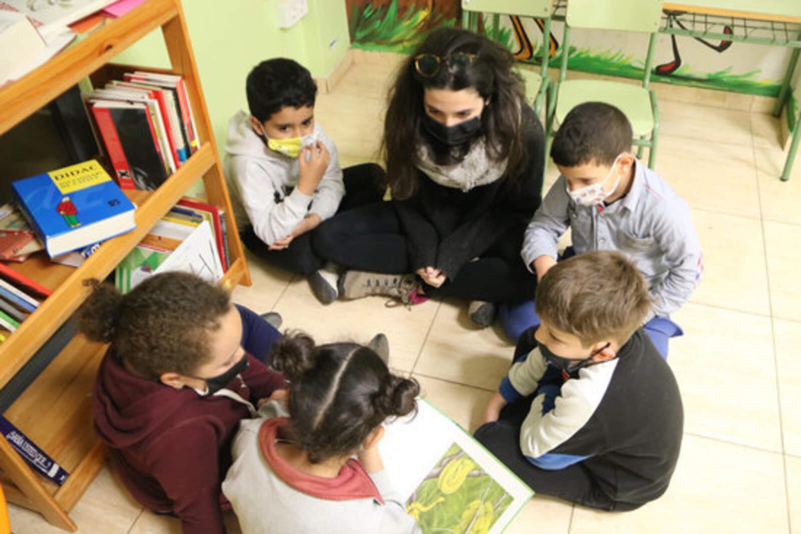 Un grup d'infants a l'escola