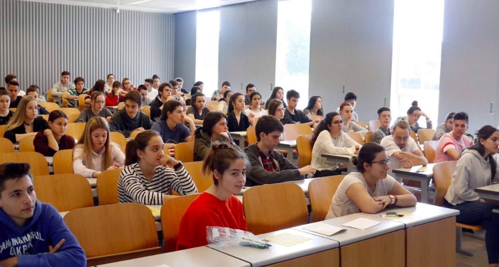 Alumnes en una classe a la Facultat d'Economia i Dret de la Universitat de Lleida per examinar-se dels primers exàmens de selectivitat