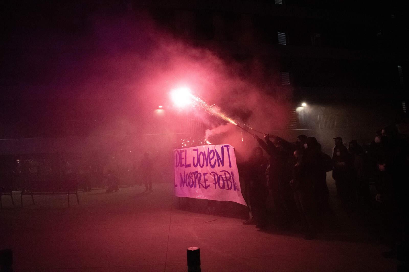 Nit de foc i càrregues policials a Terrassa