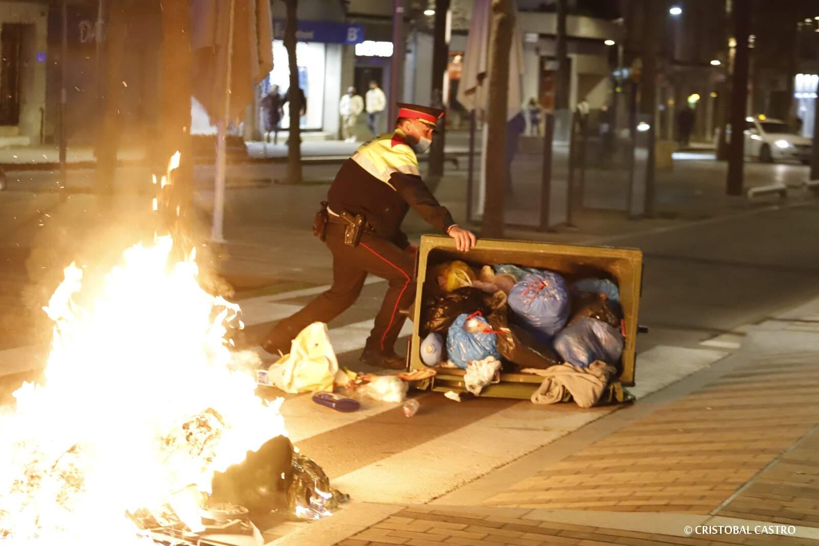 Contenidors cremats, aldarulls i càrregues policials a Terrassa