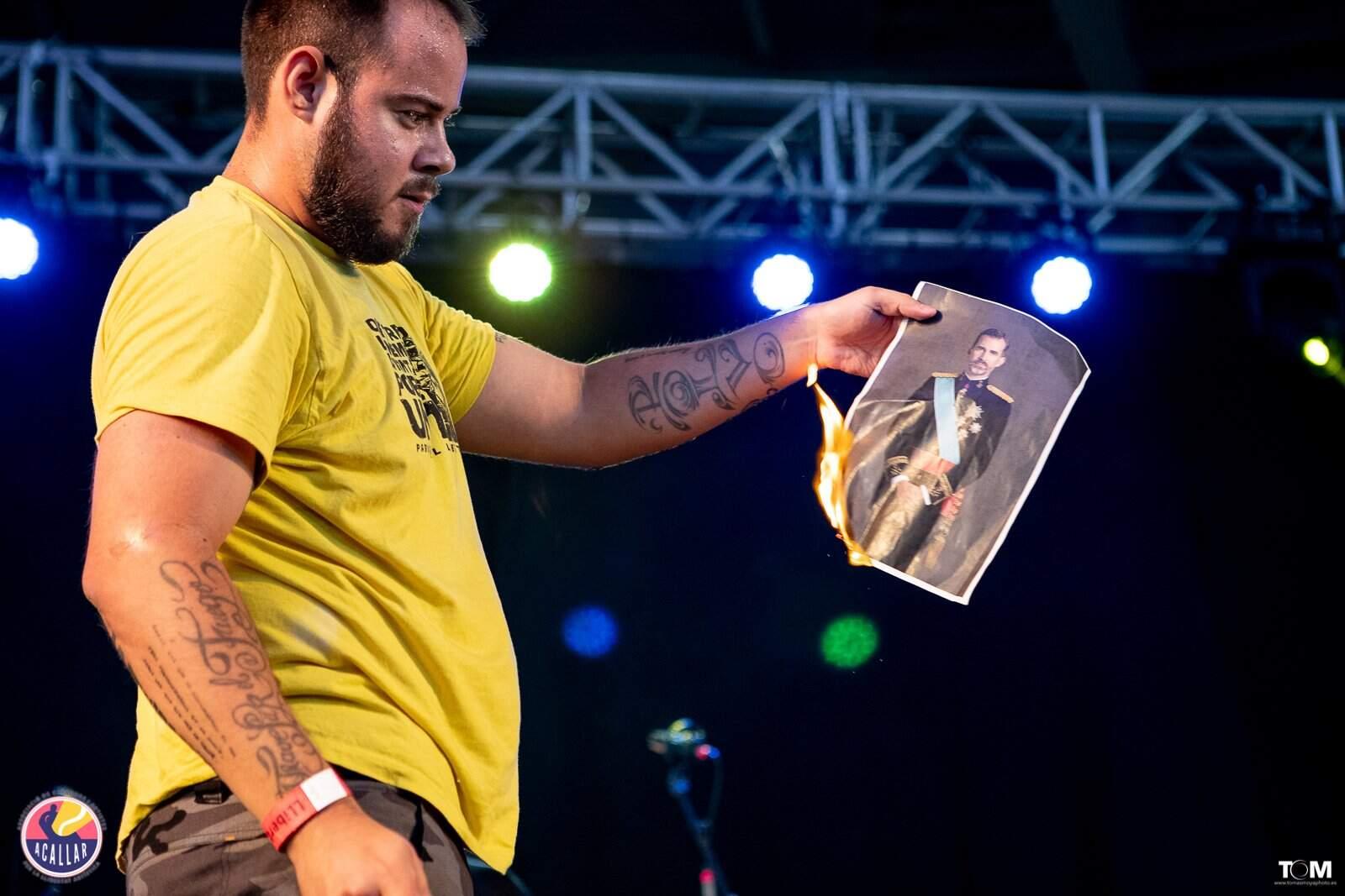 Pablo Hasél cremant una foto del rei emèrit