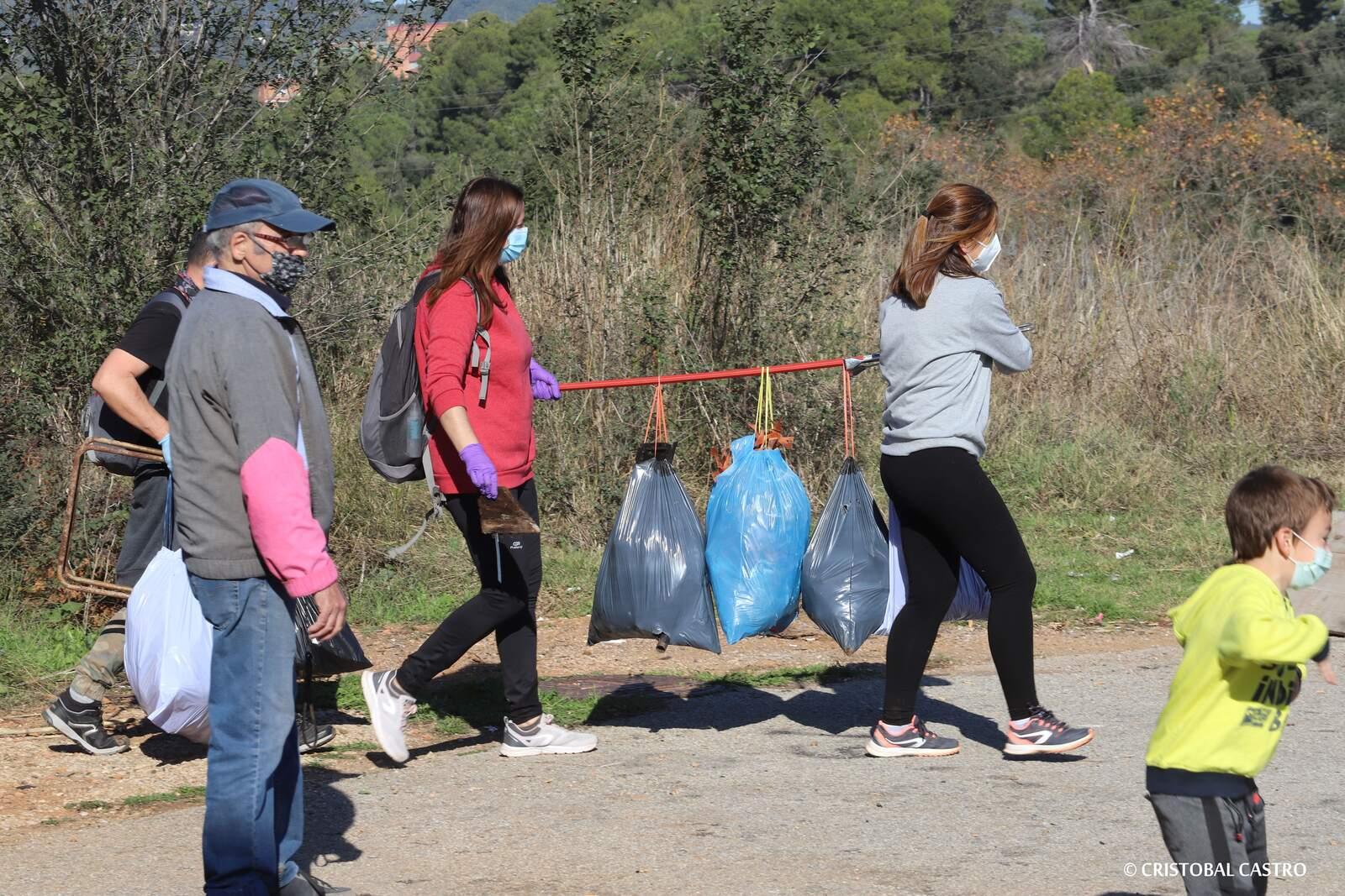 Joves de la Grípia de Terrassa es mobilitzen per recollir deixalles escampades pel barri