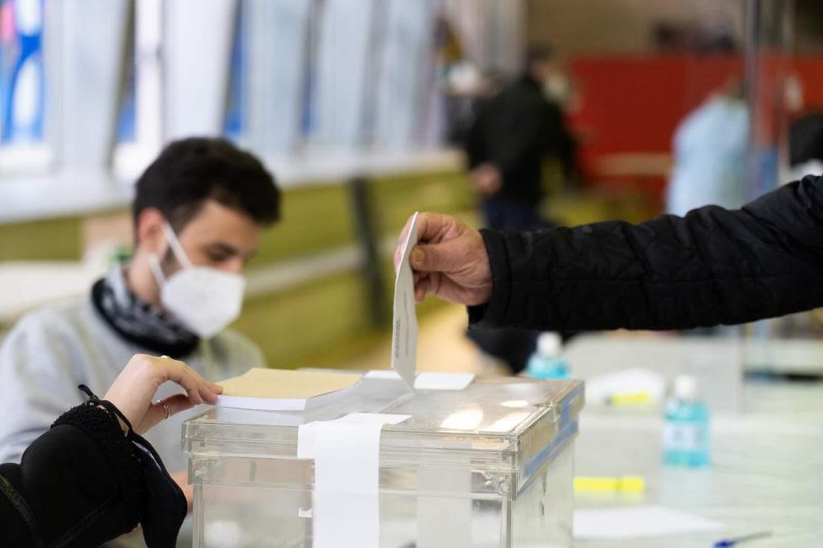 Una persona votant a Castellbisbal