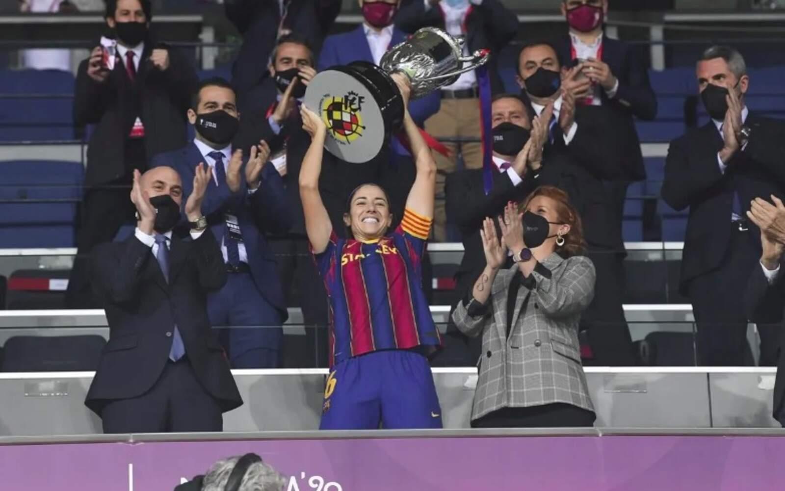 Vicky Losada enlairant la Copa de la Reina