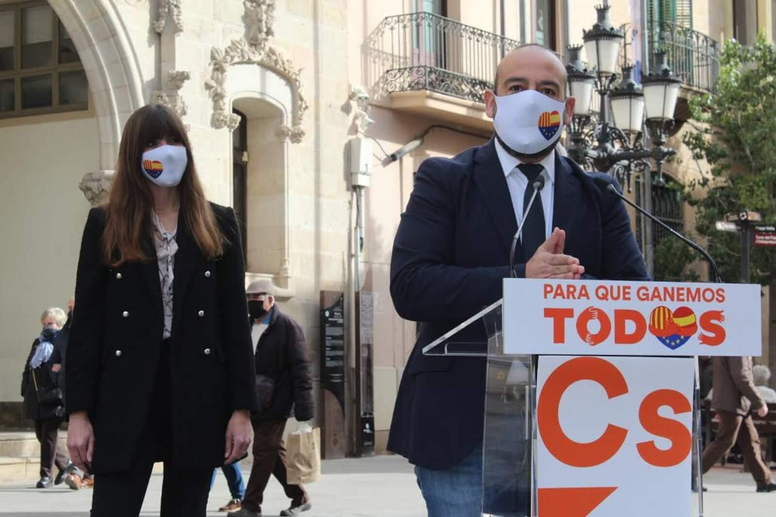 Jordi Cañas amb la candidata local Isabel Martínez, a Terrassa