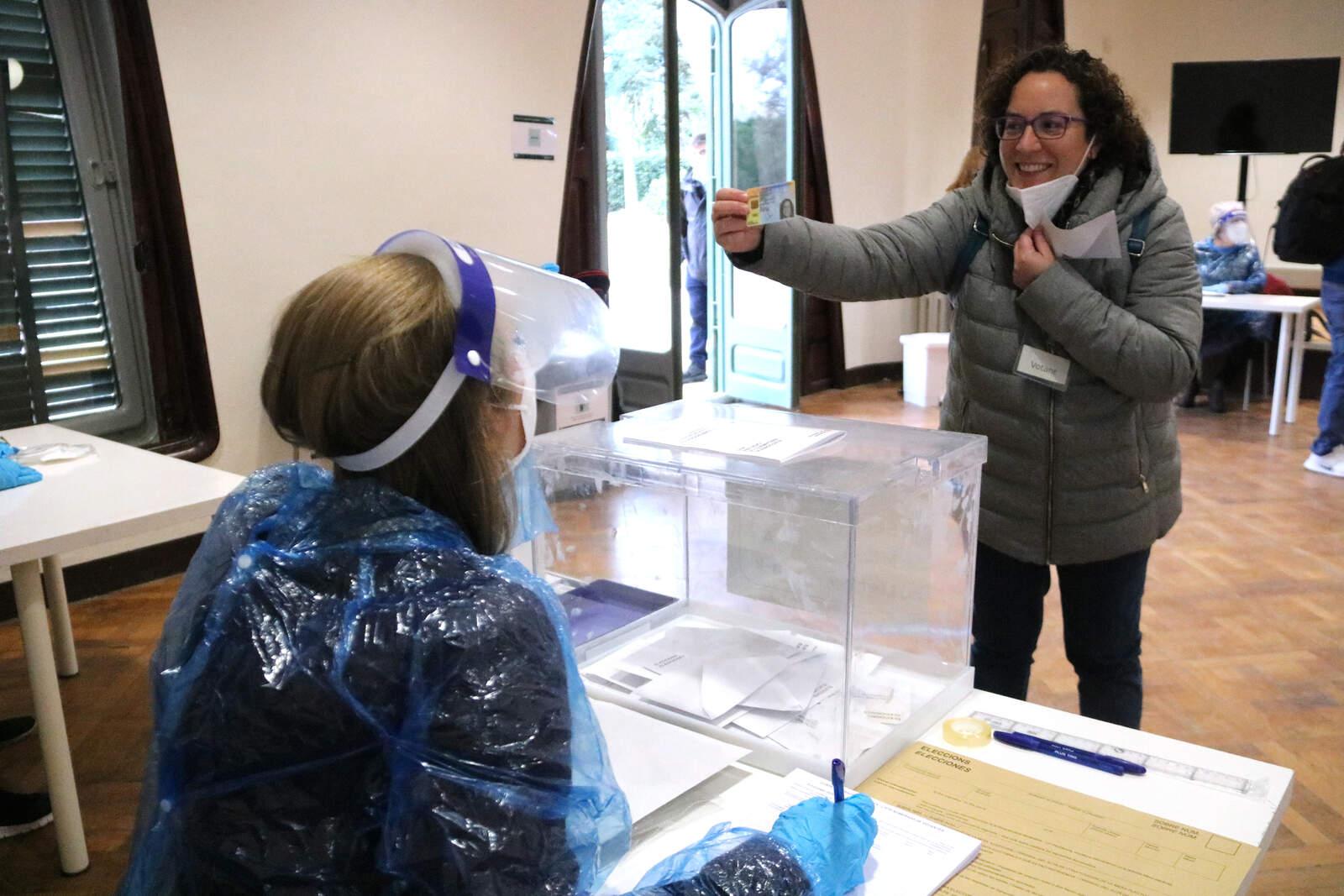 Una dona votant en la simulació del 14-F a la Masia Freixa de Terrassa