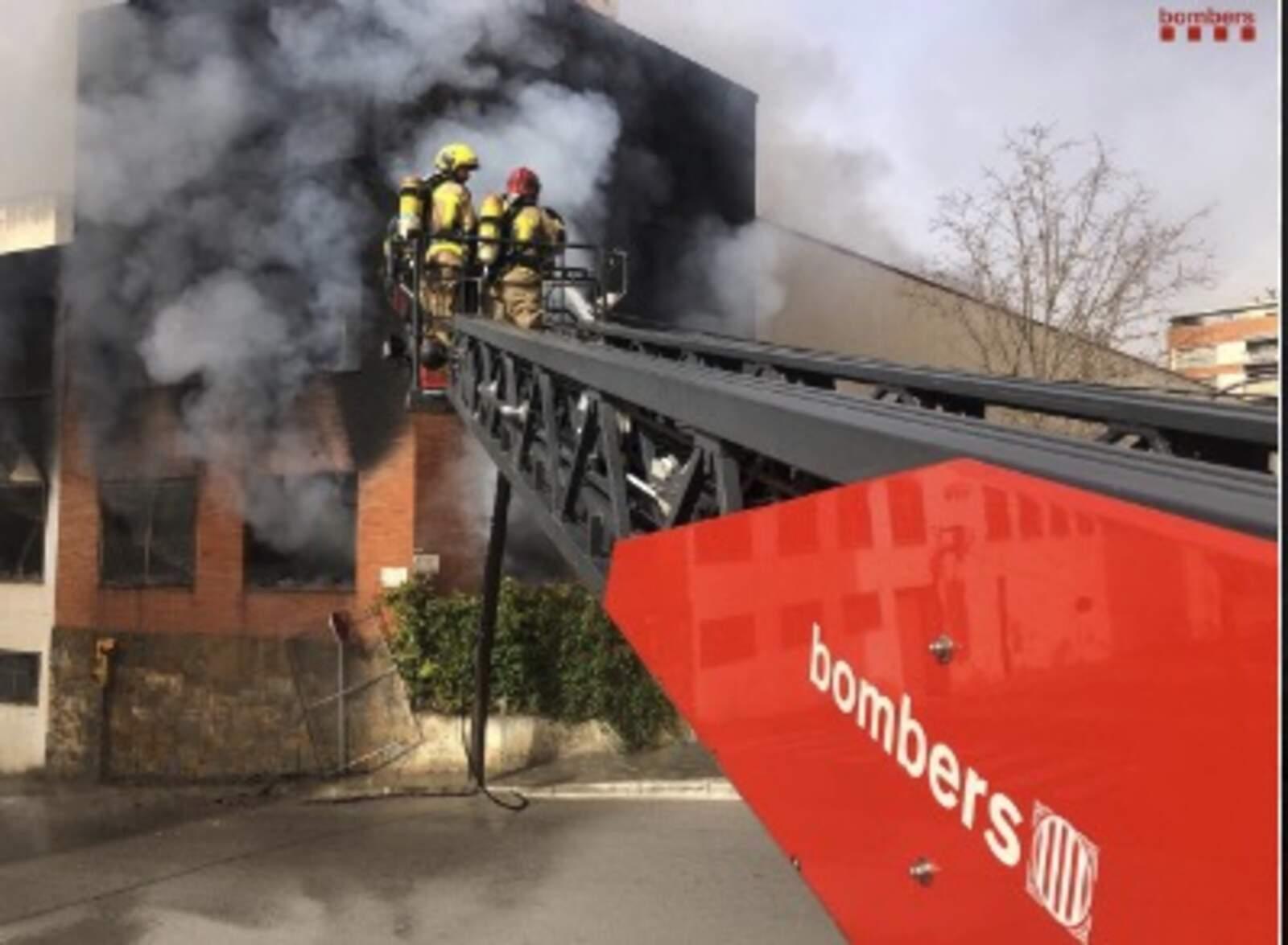 Incendi a una indústria de cremalleres