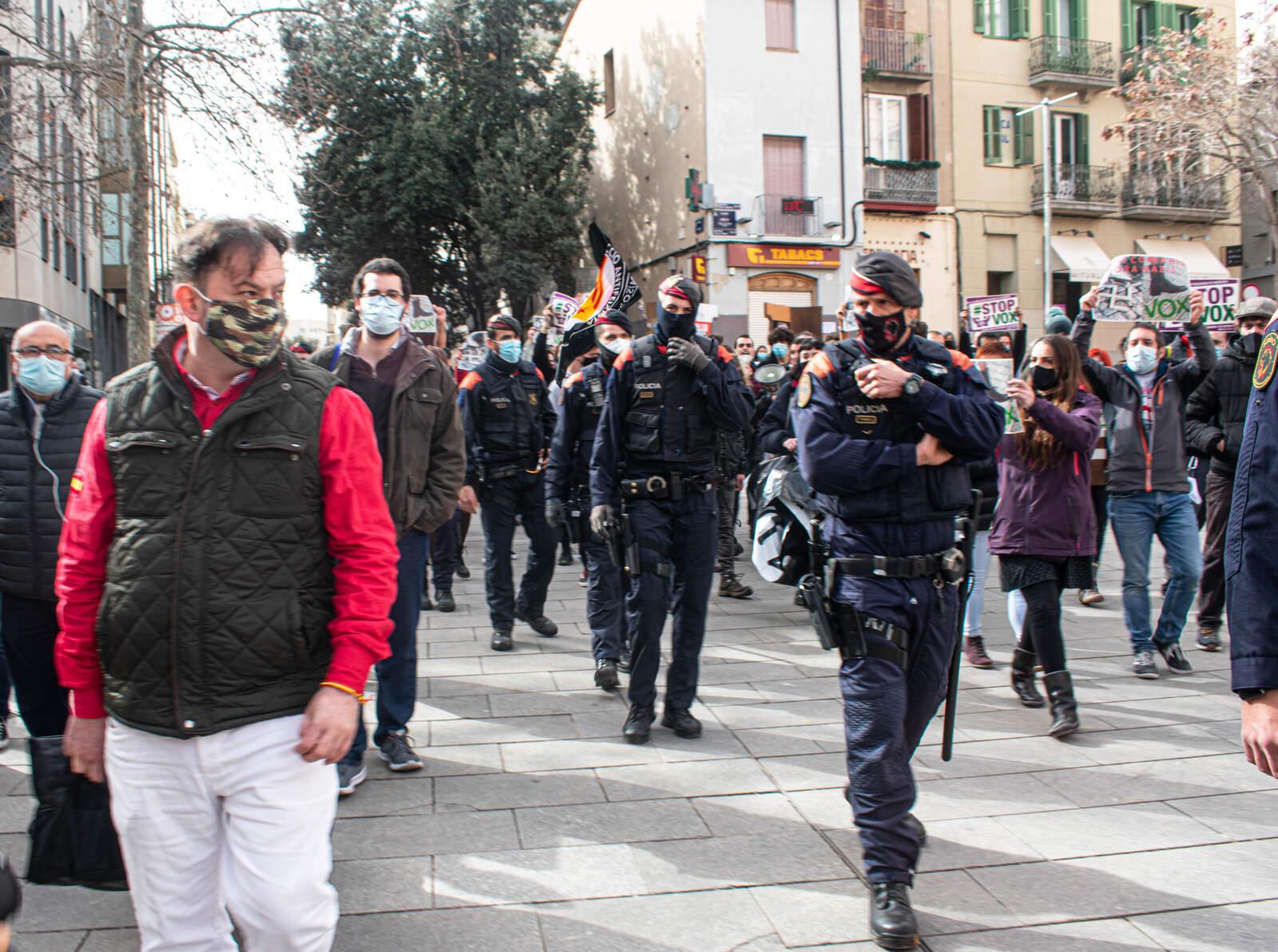 Vox i antifeixistes, cara a cara a la plaça Vella de Terrassa