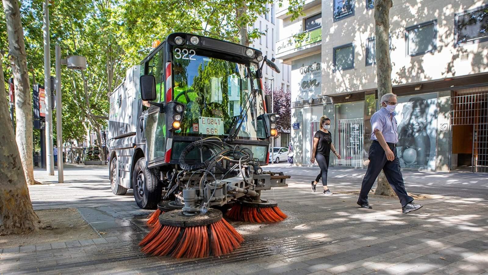 Un camió d'Eco-Equip netejant els carrers de Terrassa