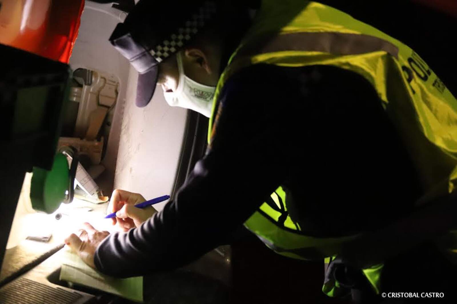 Un agent de la Policia Municipal interposant una denúncia