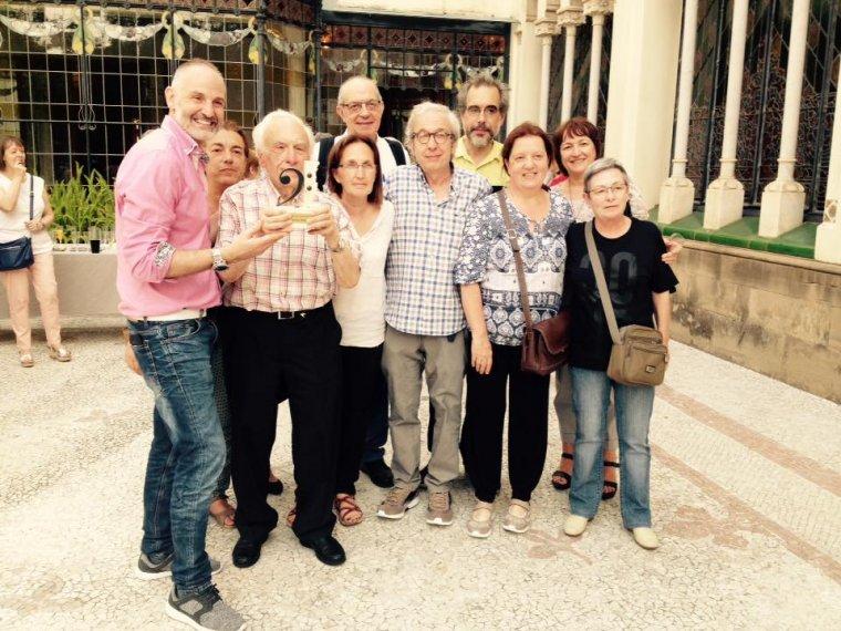 Miquel Farré, amb el guardó a les mans, acompanyat d'amics i família    Enfoc Musical