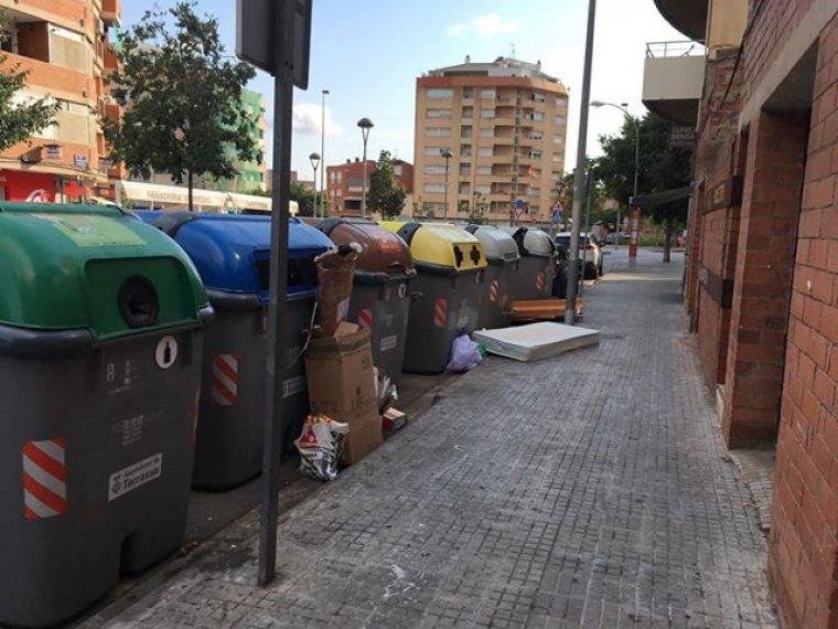 Matalàs i escombraries apilades al costat dels contenidors  | Santiago Carrasco