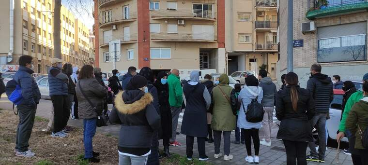 Veïns i membres de la plataforma d'Afectats per la hipoteca reunits per evitar un desnonament    PAH terrassa
