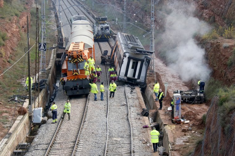 Preparatius del desballestament de l'únic vagó del tren descarrilat a Vacarisses que encara queda sobre els vies  | Jordi Pujolar / ACN