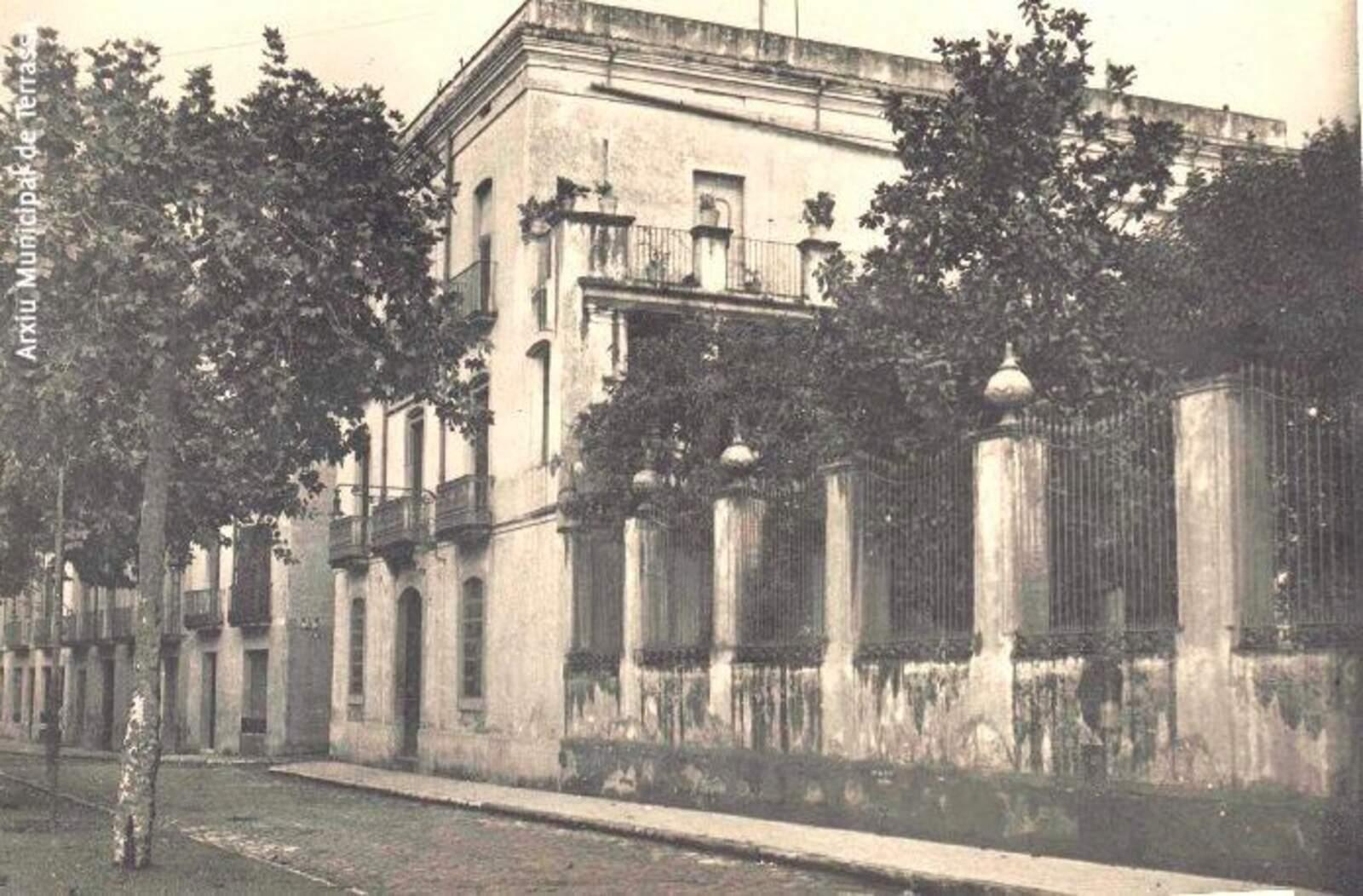 Edifici de la casa Montllor al Passeig, on s'instal·larà la futura seu de la Mútua de Terrassa. Anys 20.