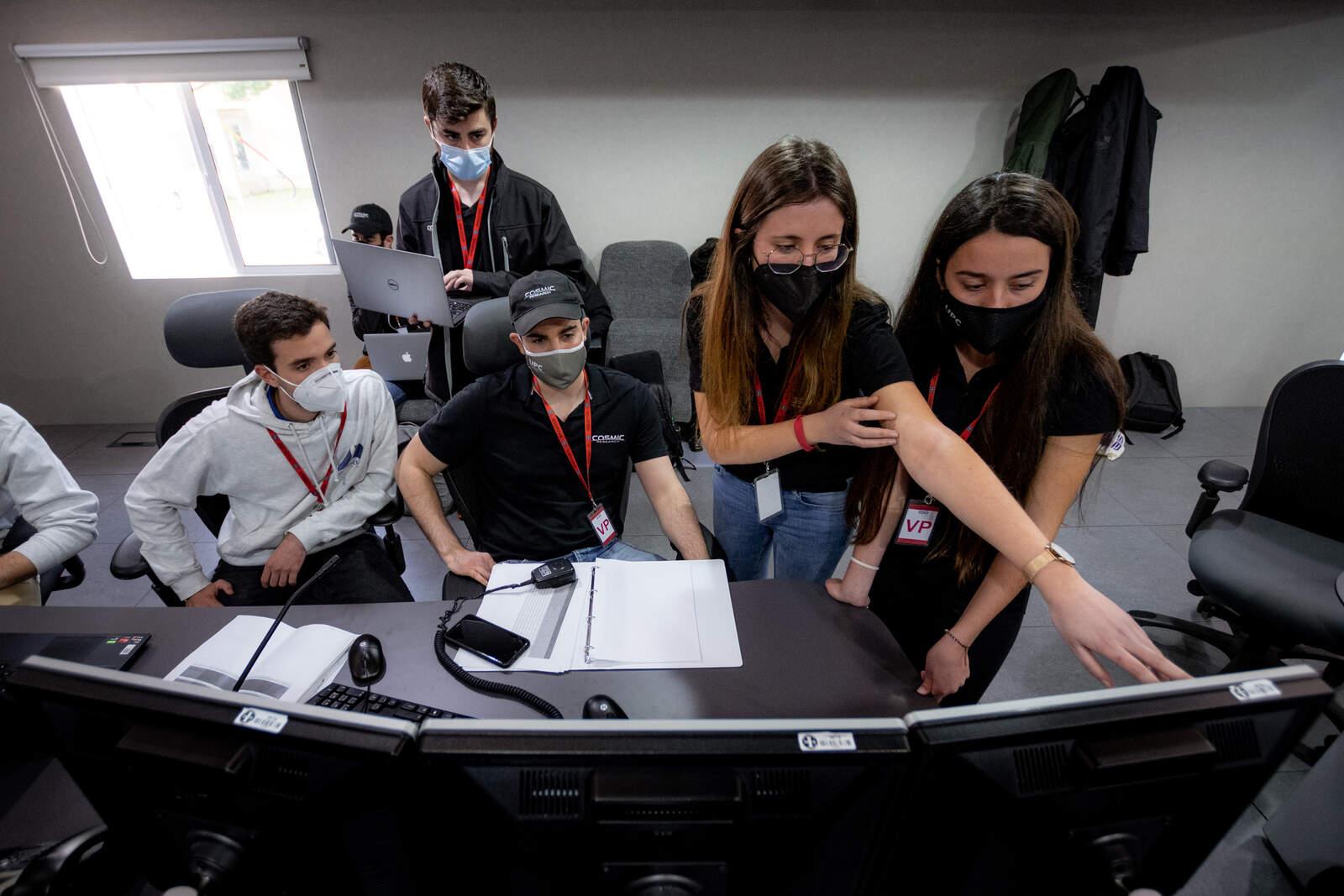 Estudiants de la Politècnica de Terrassa controlant el coet