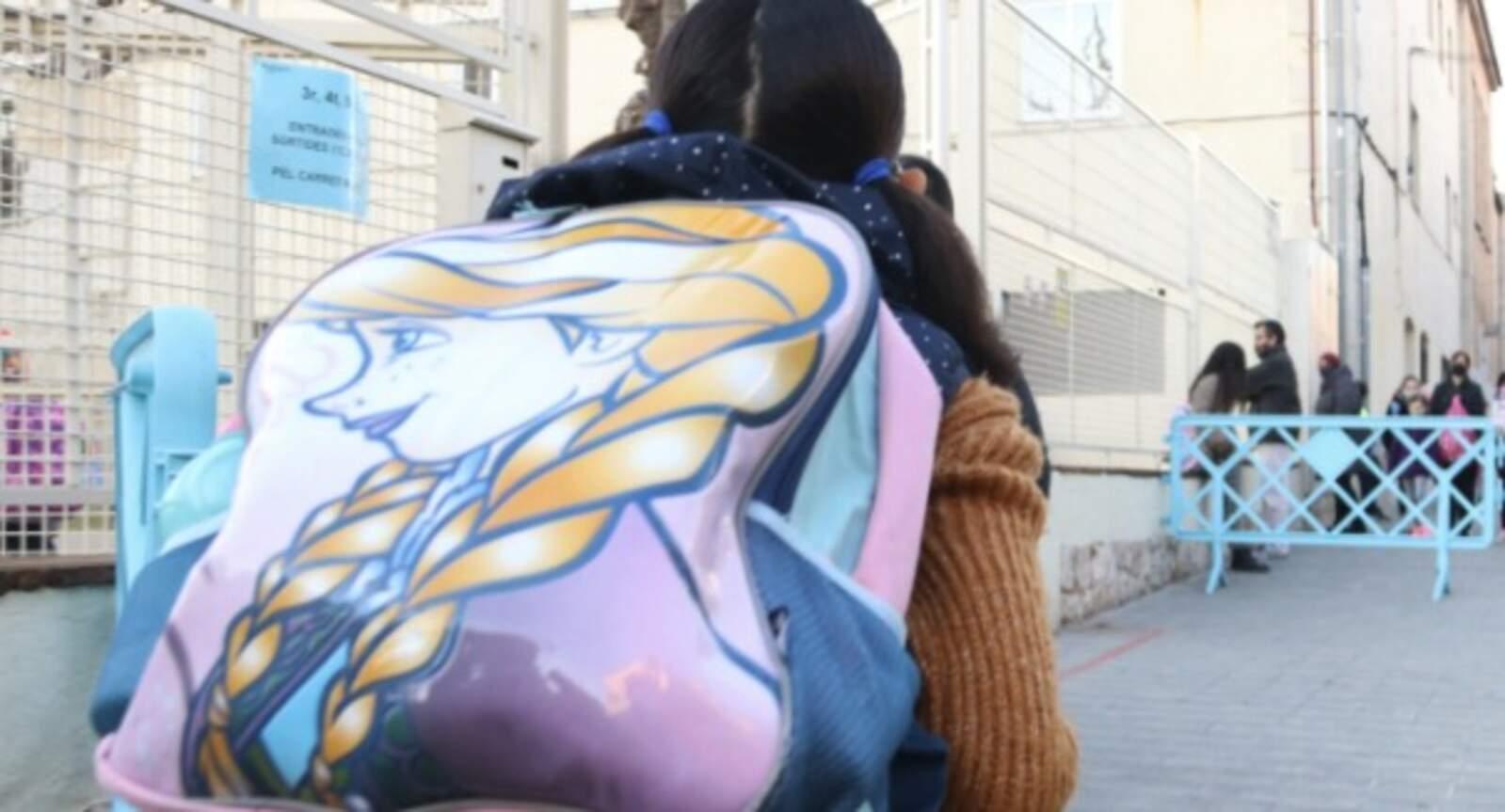 Nens entrant i pares a l'exterior de l'escola Sant Pau de Figueres