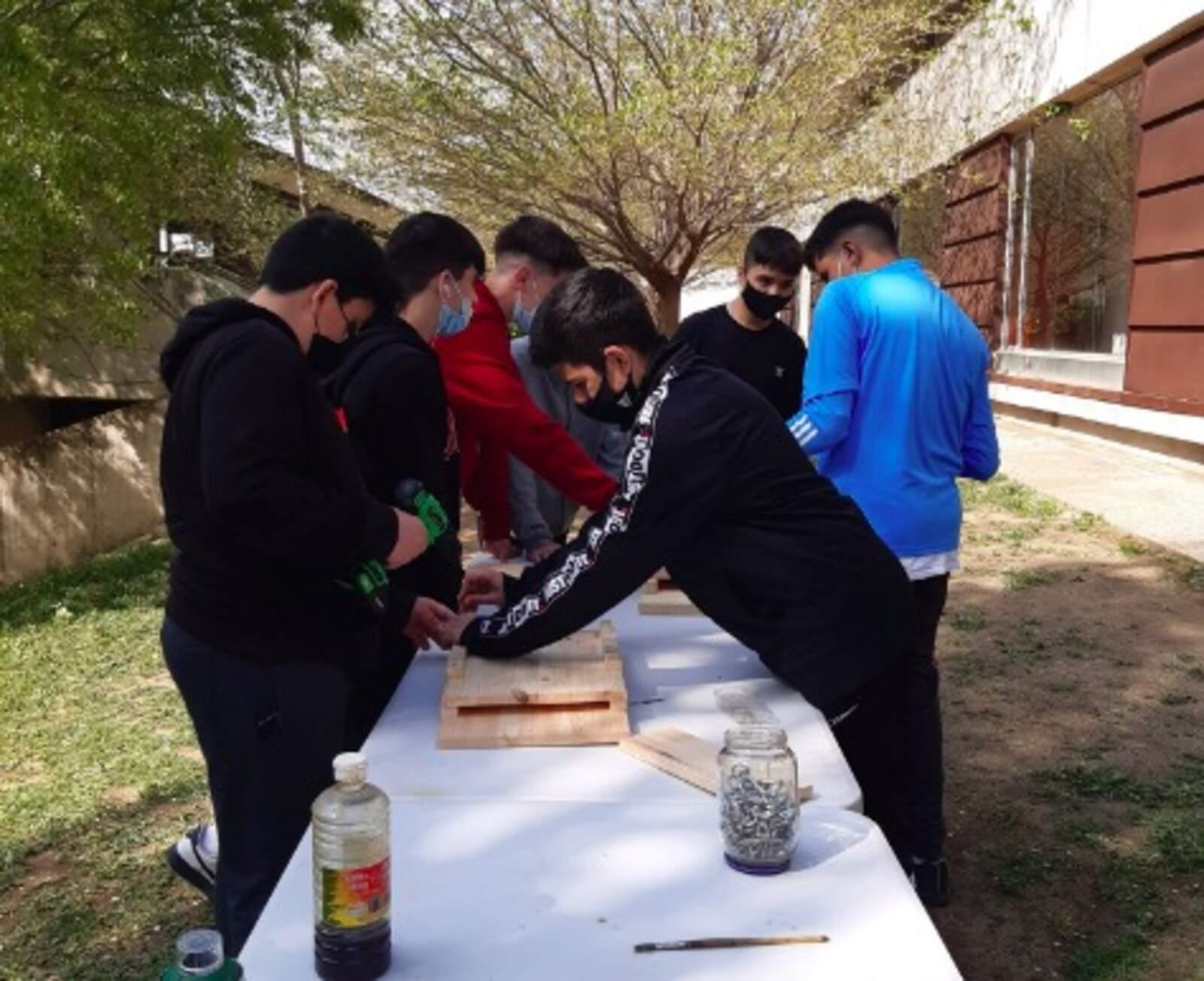 Alumnes de l'IES Egara fent les caixes-refugi