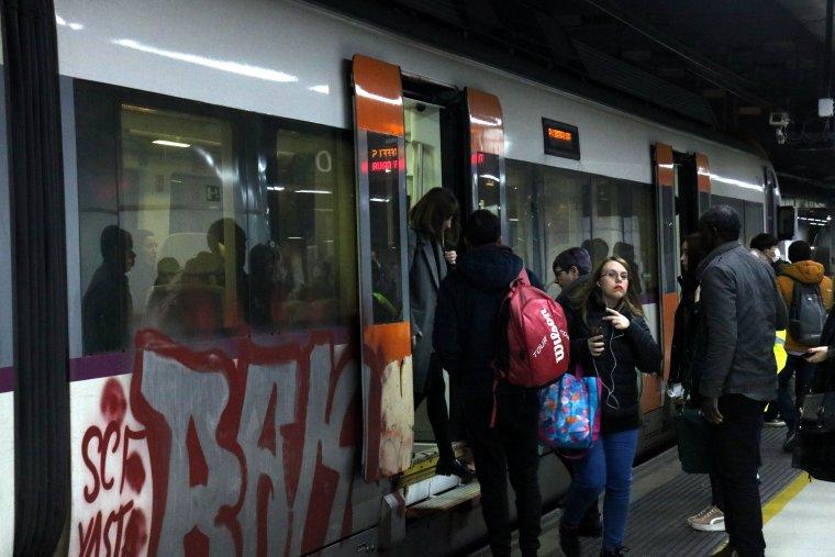 Un tren de Rodalies a l'estació de Sants amb viatgers pujant i baixant del comboi    ACN