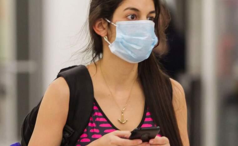 Una noia amb una mascareta  | Europa Press
