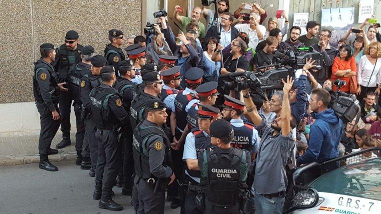 Guàrdia Civil i Mossos fent un cordó amb els manifestants a Unipost Terrassa  | Cristóbal Castro