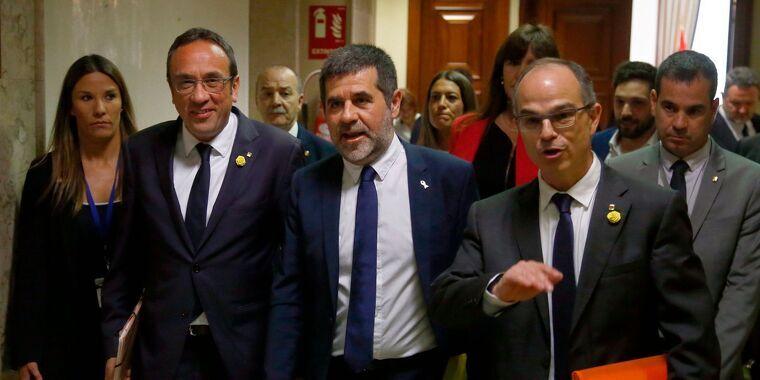Josep Rull, Jordi Sànchez i Jordi Turull caminant pels passadissos del Congrés    ACN