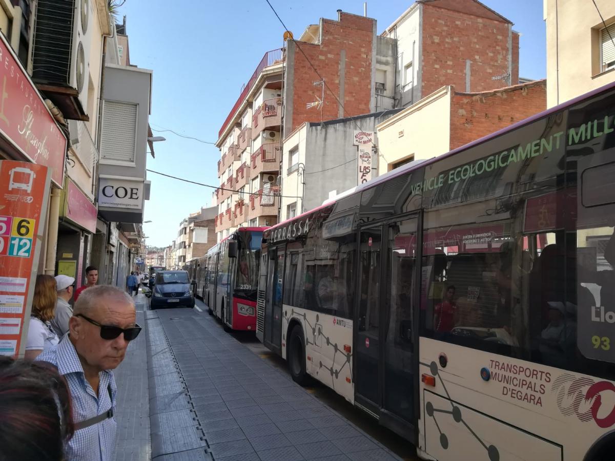 Cua d'autobusos al carrer Arquímedes de Terrassa  | Marta Maseras