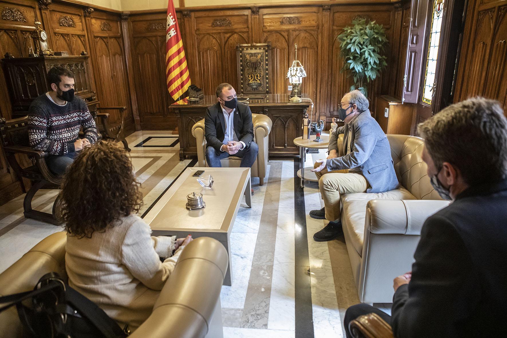 Jordi Ballart, i el degà de l'Il·lustre Col·legi d'Advocats de Terrassa (ICATER), Ignasi Puig, han signat aquest dimecres un conveni de col·laboració entre l'Ajuntament i l'ICATER