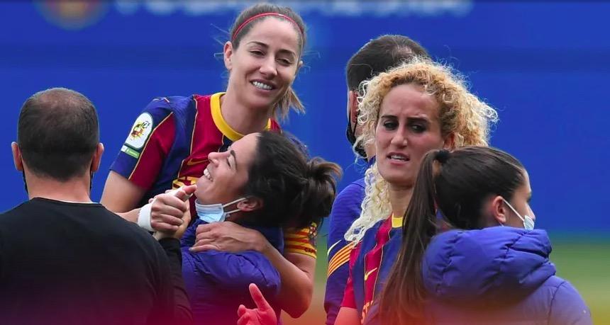 Vicky Lossada, abraçada per Marta Torrejón   FCB