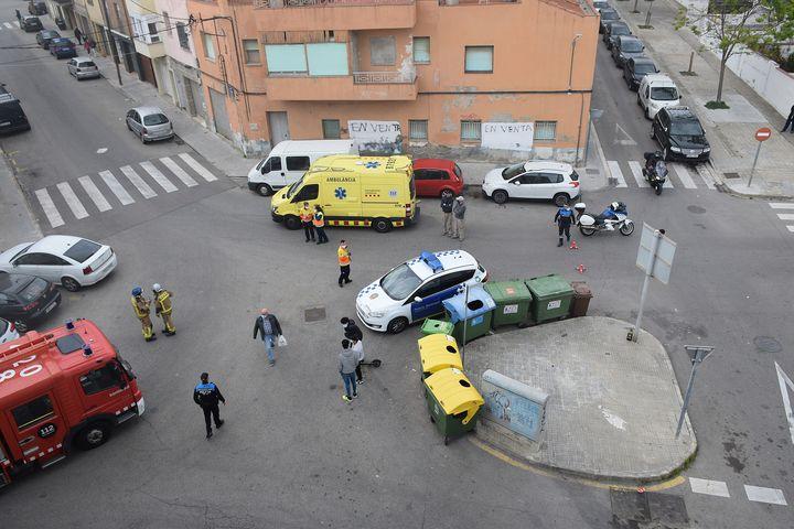 Desplegament policial, del SEM i Bombers al carrer Huelva de Terrassa | Javier Diaz