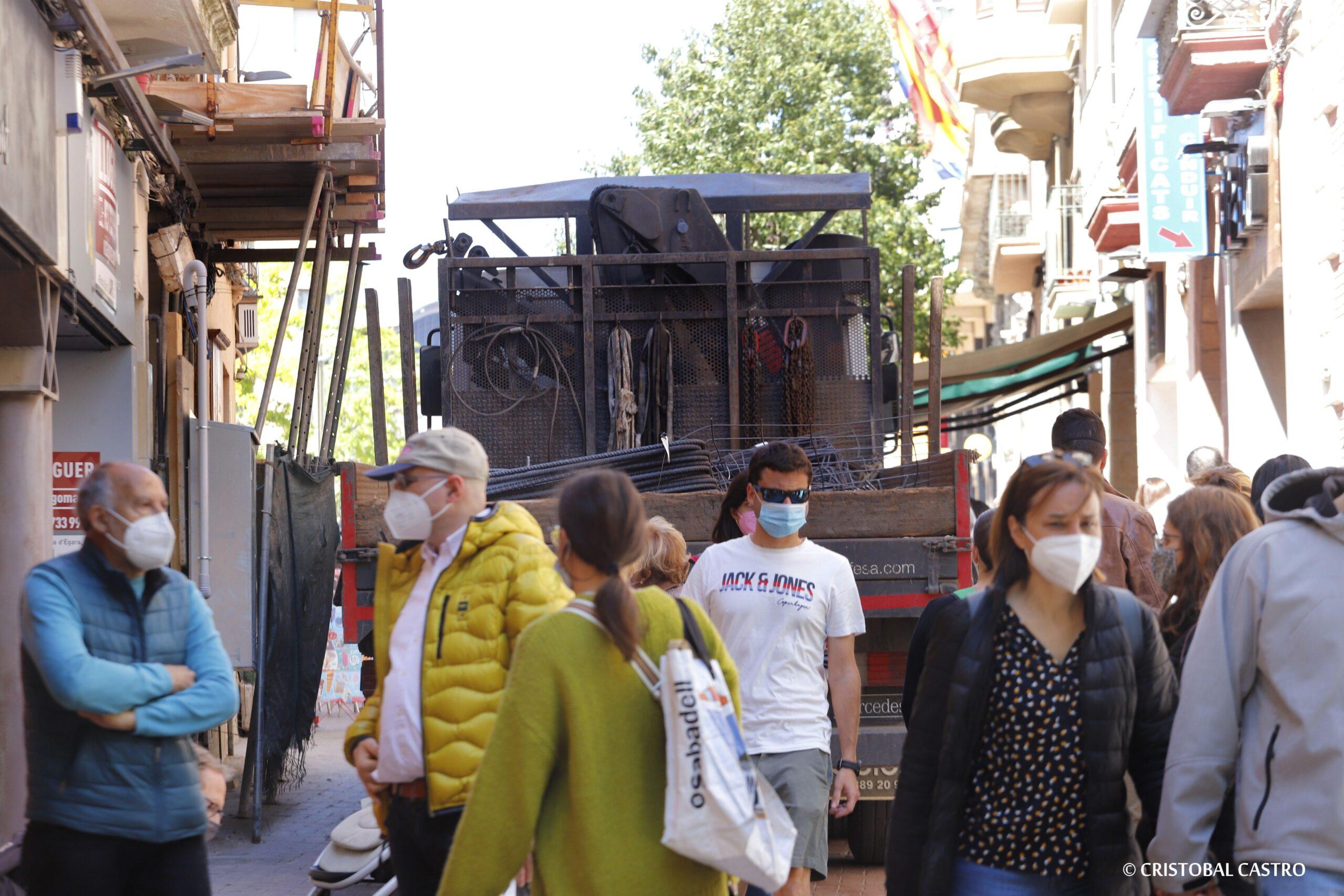 El camió circulant pel mig de la gent   Cristóbal Castro