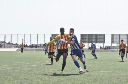 Disputa de joc entre Escamilla i Yaya Sidibe | ARNAU ALCALÀ