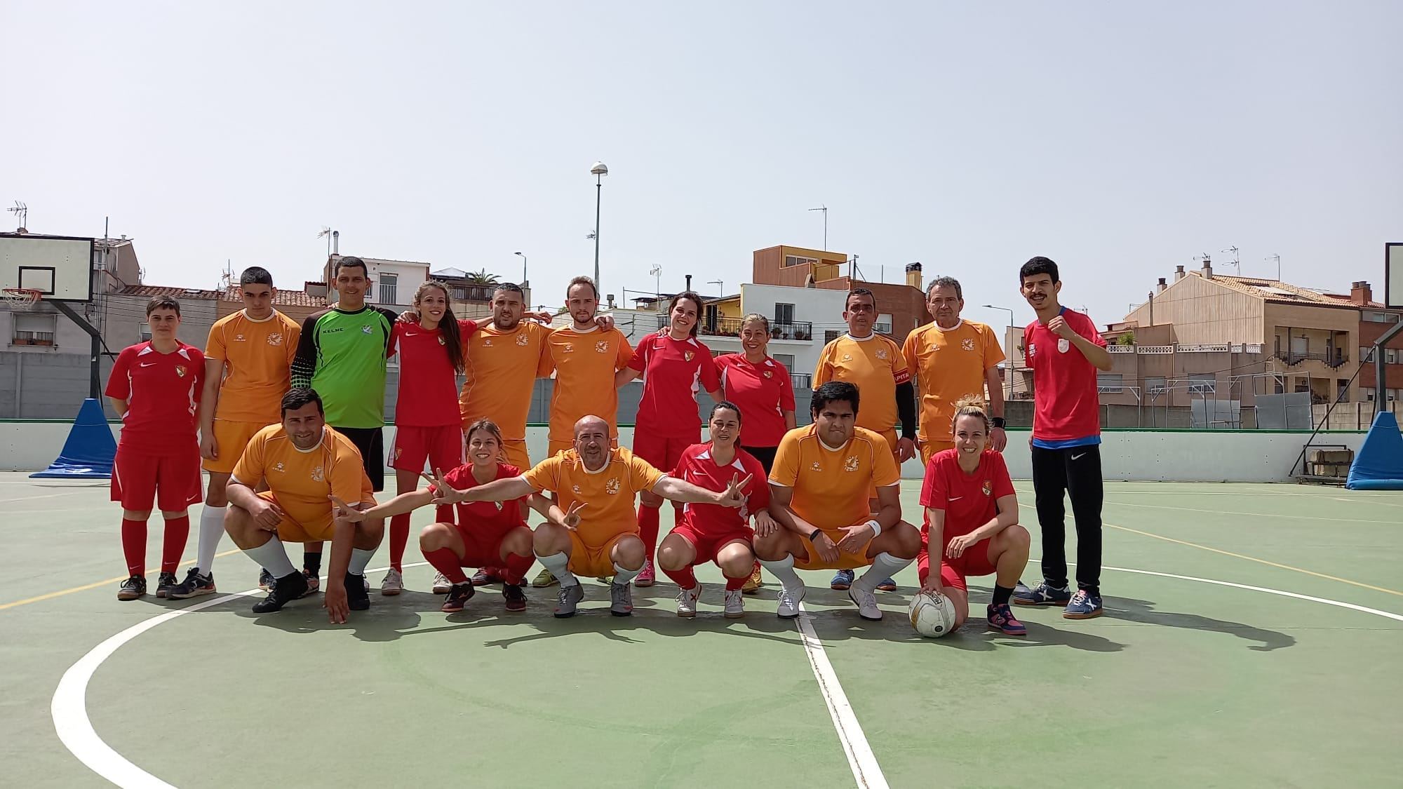 Foto de família entre l'equip inclusiu de la Grama i el Terrassa FC femení   Grama