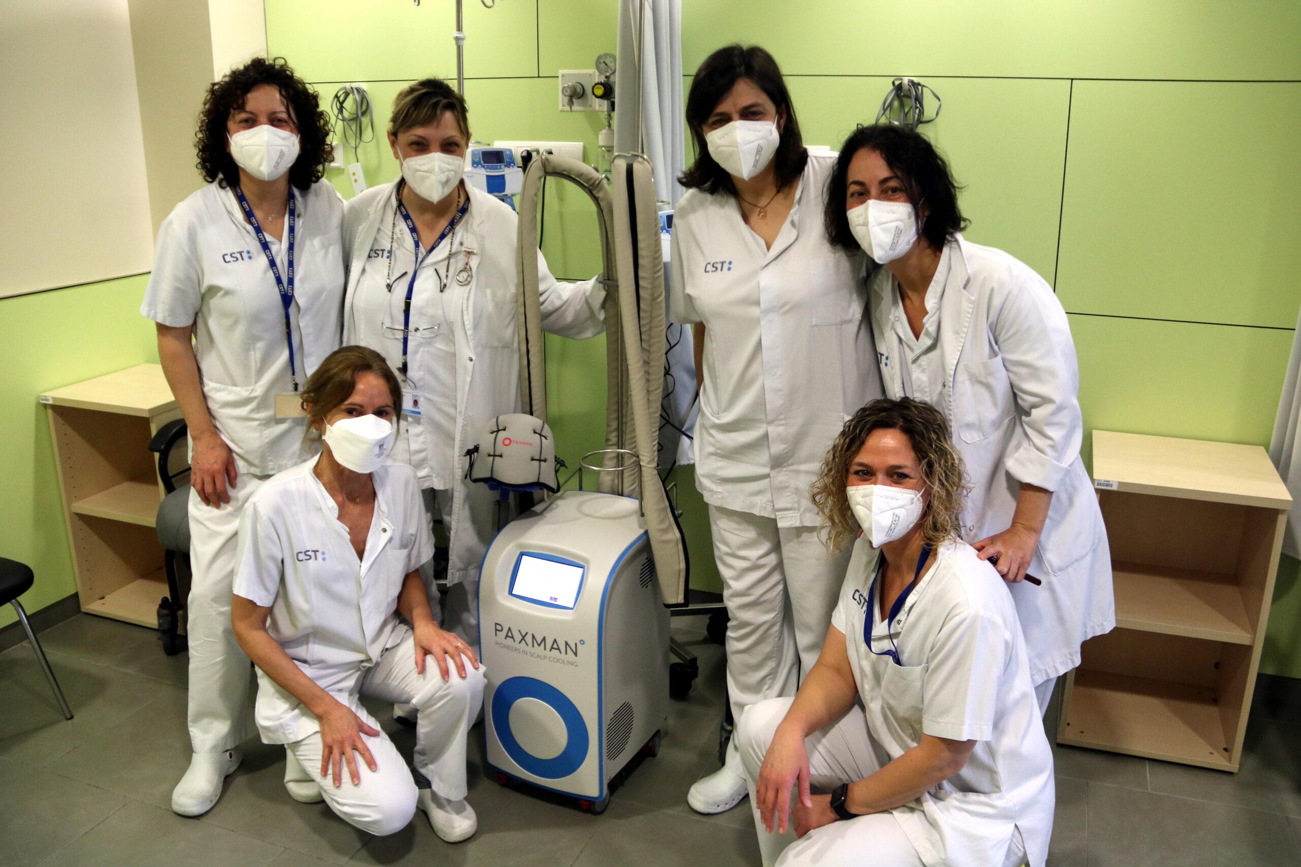 L'equip d'infermeria d'hospital de dia d'oncologia de l'Hospital de Terrassa amb el dispositiu per prevenir l'alopècia(/ACN