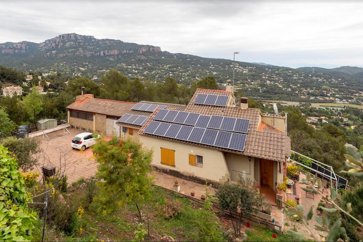 Un habitatge amb plaques solars, a Les Pedritxes | Miquel Badia