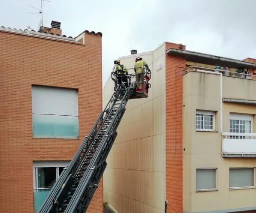 Intervenció dels Bombers per rescatar l'ocell | Alba Nos