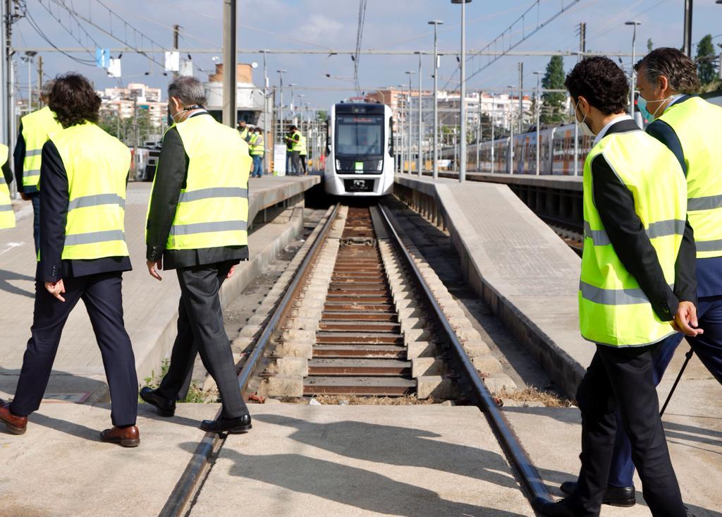 El conseller de Territori i Sostenibilitat, Damià Calvet, primer de la segona fila, passa per davant del nou comboi de Ferrocarrils de la Generalitat/ACN