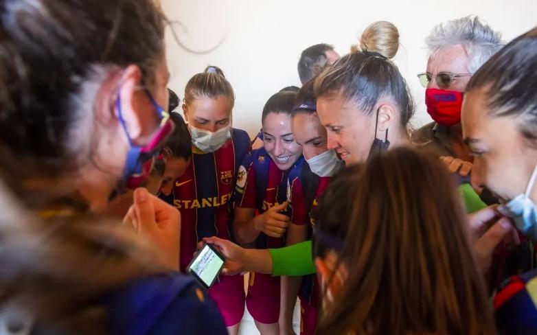 Vicky Losada, al centre de la imatge, mirant el partit del Llevant | Victor Salgado FCB