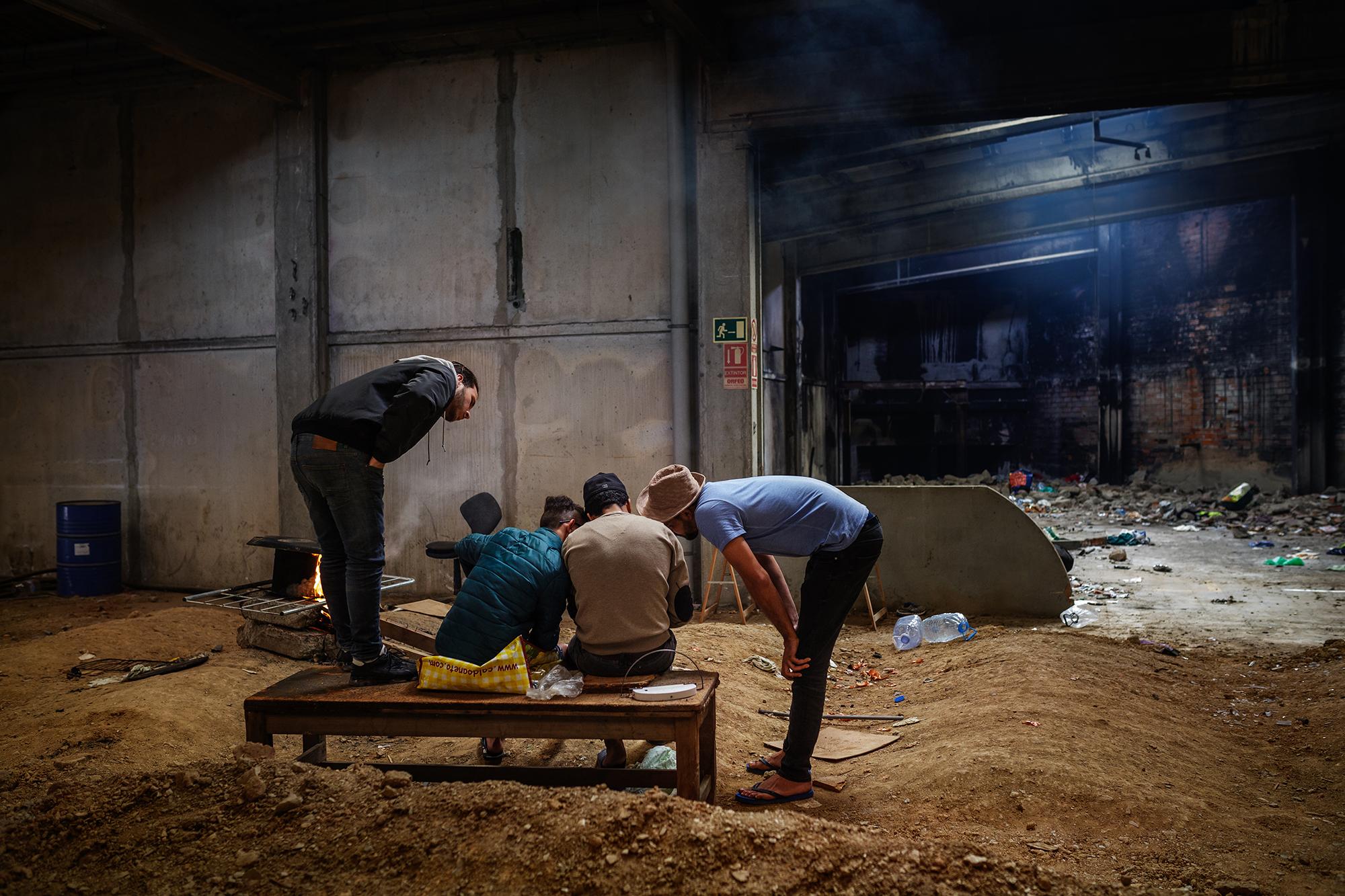 Vida diària d'un grup de joves migrants amb situació irregular que viuen a Terrassa/Mireia Comas