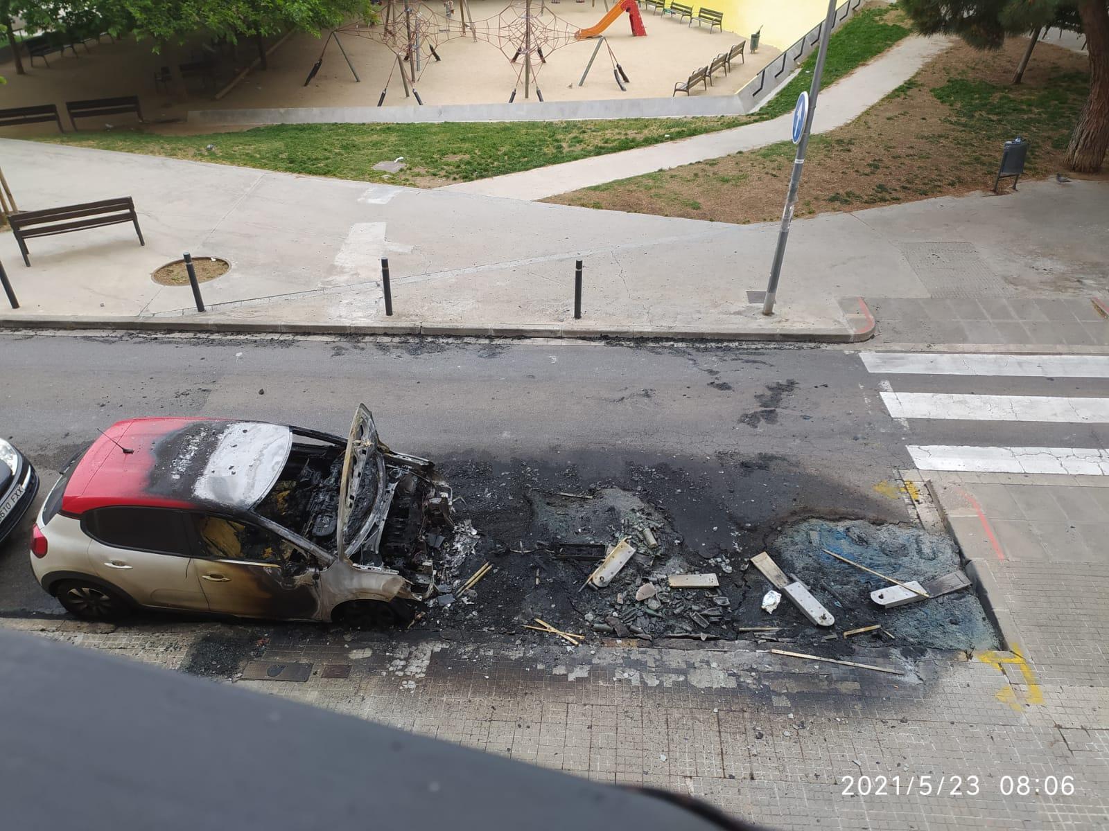 Incendi de contenidors amb afectacions a un vehicle   Cedida