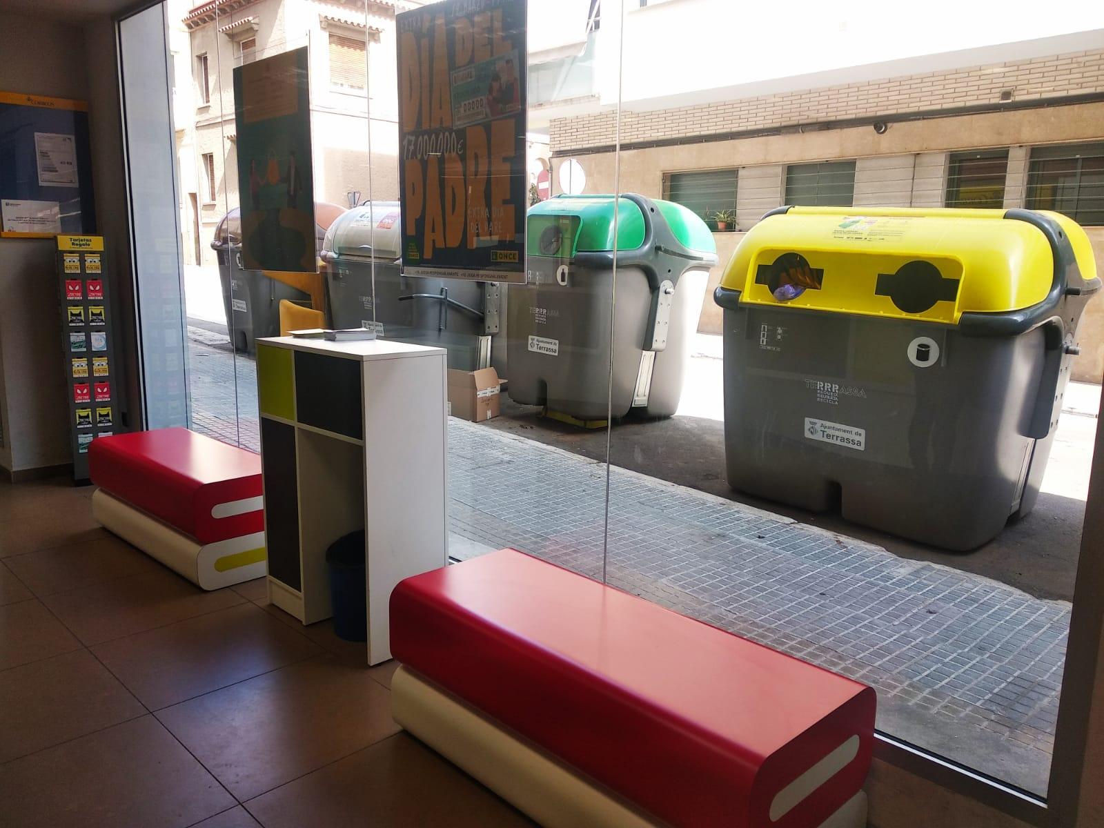 Contenidors ubicats davant de l'oficina de Correus | UGT