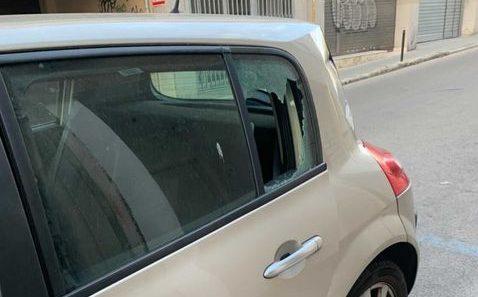 Un dels vehicles amb els vidres trencats al carrer Pasteur   Nuria Pujol