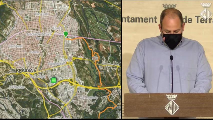 Carles Caballero amb el mapa de per on passarà l'Ultra Clean Marató de dissabte