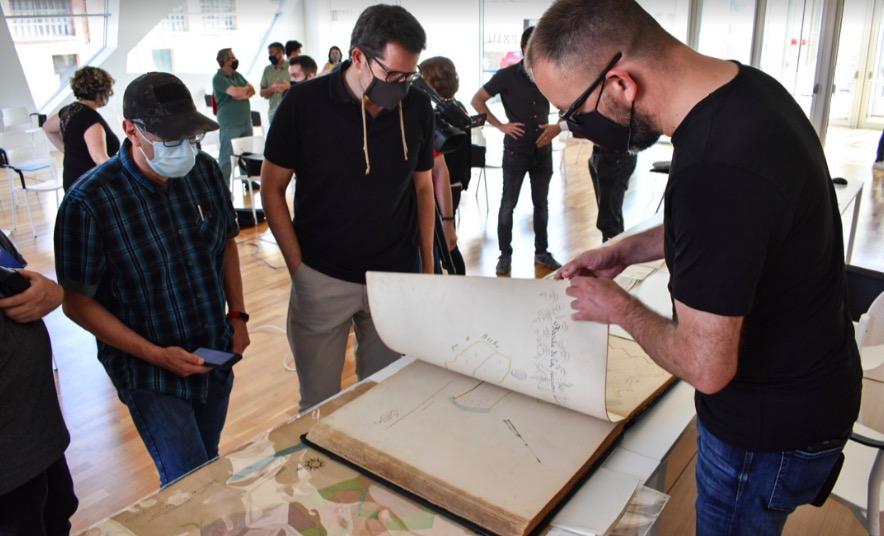 El director de l'Arxiu, Joan Soler, amb el tinent d'alcalde, Isaac Albert, consultant els mapes trobats i restaurats | Arnau Alcalà