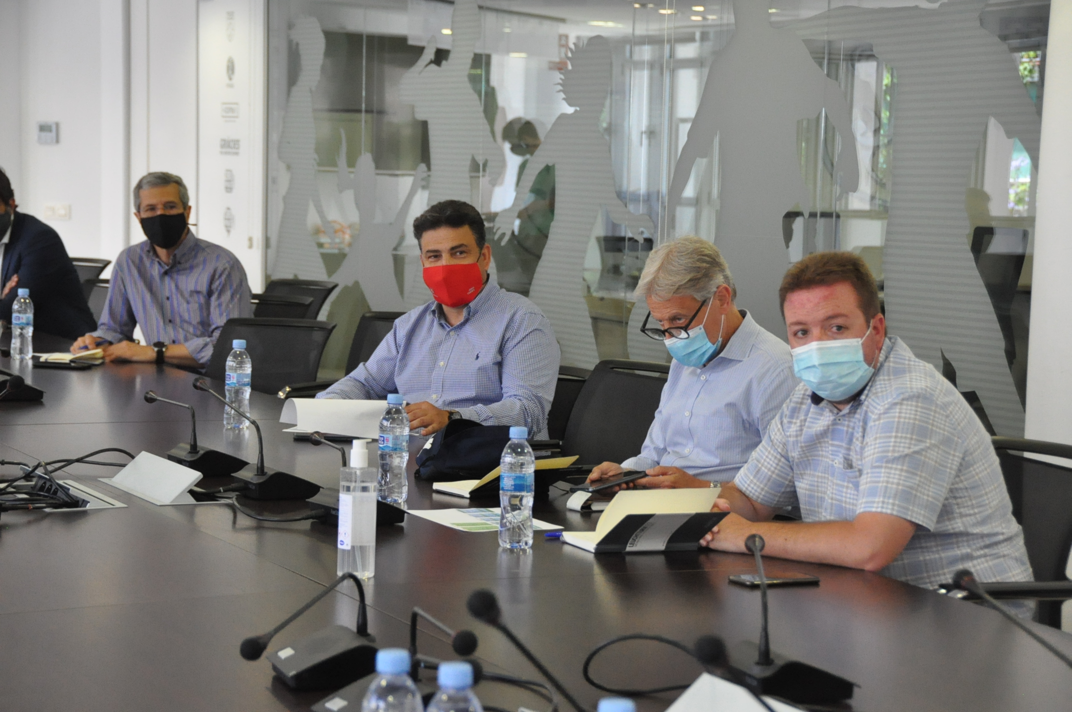 El president del Terrassa FC, Jordi Cuesta (mascareta vermella), en la reunió d'equips de Segona | FCF