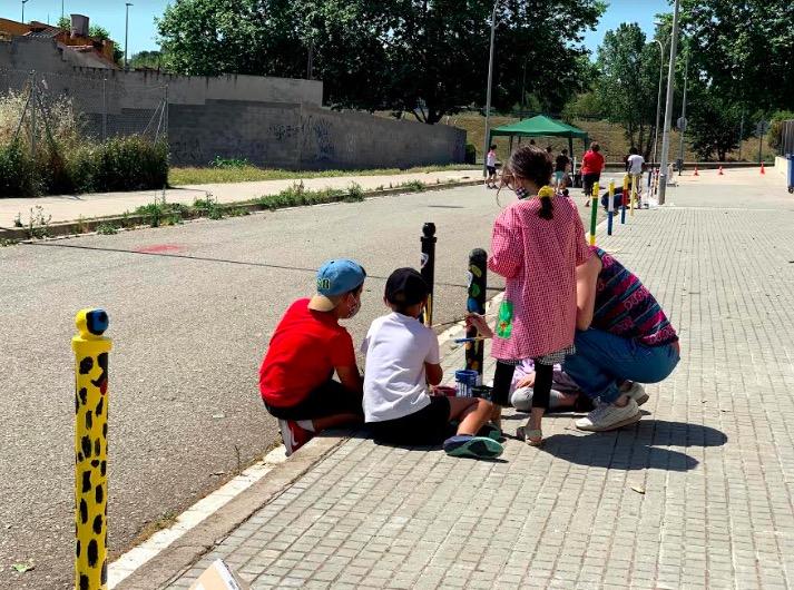 Els alumnes de l'escola Ponent decorant les pilones del carrer | Cedida