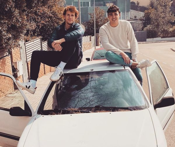 L'Adrià Giner i el Marc Vilalta dalt del cotxe amb què volen fer l'Uniraid 2021
