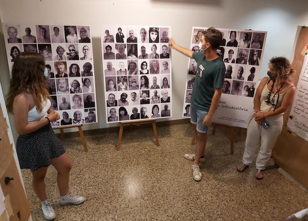 Els estudiants veient el resultat de l'exposició | Matadepera.cat