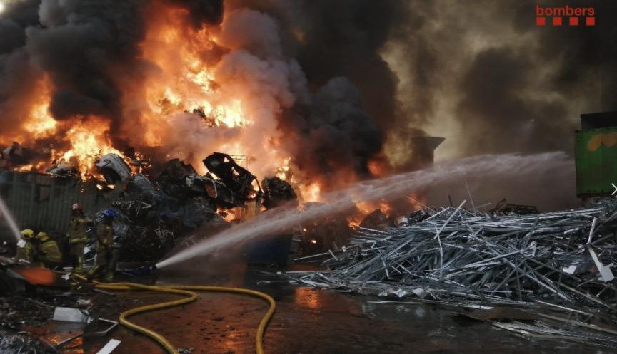 Incendi en una planta de recuperació de ferralla